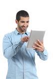 Arabisk man som bläddrar en minnestavlaavläsare med fingret royaltyfria bilder