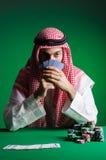Arabisk man som spelar i kasinot Arkivfoto