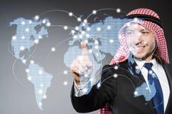 Arabisk man som trycker på prickar på världskarta i den conc globala kommunikationen Arkivbild