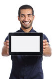 Arabisk man som visar en app i en tom horisontalminnestavlaskärm Royaltyfri Bild