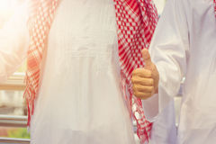 Arabisk mitt - östlig affärsman som ger upp tummen som tecken av framgångaffärsteamwork royaltyfria foton