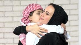 Arabisk moder och son som inomhus poserar royaltyfria bilder