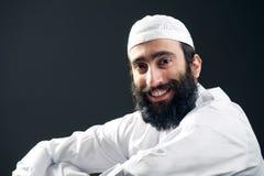 Arabisk muslimsk man med skäggståenden arkivbilder