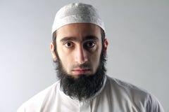 Arabisk muslimsk man med skäggståenden Arkivbild