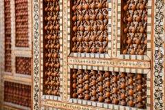 Arabisk orientalisk trähand tillverkad skyddsvägg med den islamiska prydnaden arkivbilder