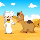 Arabisk pojke och en kamel i öknen royaltyfri illustrationer