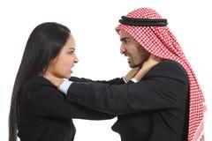 Arabisk saudieraffärsman och kvinnakonkurrens Arkivbilder