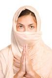 arabisk sjal för färgflickapersika Arkivbild