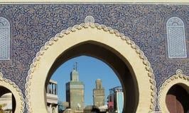 Arabisk stilport i Fes medina, Bab Bou Jeloud royaltyfria bilder