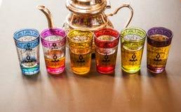 arabisk tekanna med färgrika exponeringsglas royaltyfri bild