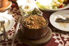 Arabisk traditionell sallad och mat i den östliga golfmitt Royaltyfri Fotografi