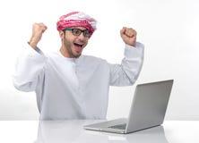 Arabisk upphetsad affärsman som uttrycker framgång Royaltyfri Bild