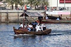 Arabiska Abra taxar på Dubai Creek Arkivfoton