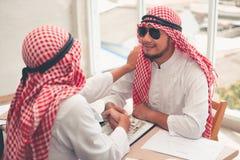 Arabiska affärsmän är handskakningen efter lyckat ha handlat , Stående av den arabiska affärsmannen som in skakar händer till han royaltyfria foton