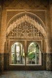 Arabiska dörrar med detaljer på väggen och på dörrarna, handcra fotografering för bildbyråer