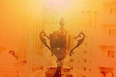 ARABISKA EMIRATER FÖR DUBAI-UNITED PÅ 21 JUNI 2017 Närbildsikt av den filtrerade guld- trofén för mästare, naturlig bakgrund arkivfoto