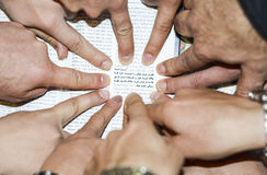 Arabiska-engelsk bibel med fokusen på den John 3:16 fotografering för bildbyråer