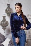 Arabiska för stil för härligt sexigt kvinnabrunetthår östlig Arkivbilder