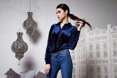 Arabiska för stil för härligt sexigt kvinnabrunetthår östlig Royaltyfri Foto