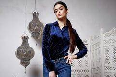 Arabiska för stil för härligt sexigt kvinnabrunetthår östlig Royaltyfri Fotografi