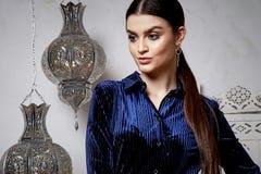 Arabiska för stil för härligt sexigt kvinnabrunetthår östlig Arkivbild