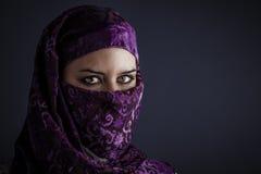 Arabiska kvinnor med traditionellt skyler, intensiva ögon, mystisk skönhet Arkivbild
