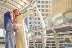 Arabiska män och kvinnor som bor i moderna städer royaltyfria bilder