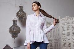 Arabiska Marocko för stil för härligt sexigt kvinnabrunetthår östlig Arkivbild