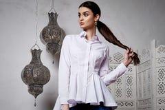 Arabiska Marocko för stil för härligt sexigt kvinnabrunetthår östlig Royaltyfri Bild