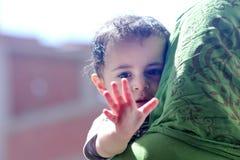 Arabiska muslim behandla som ett barn flickan royaltyfri bild