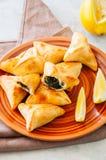 Arabiska och mitt - östligt matbegrepp Fatayer sabanekh - tradi royaltyfri bild
