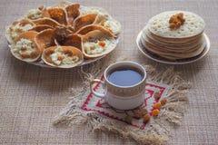 Arabiska pannkakor med örttevis man Söt mat i Ramadan royaltyfri fotografi