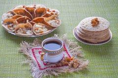 Arabiska pannkakor med örttevis man Söt mat i Ramadan royaltyfria foton