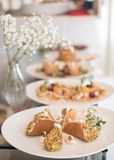 Arabiska pannkakor på plattan Arkivfoton