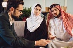 Arabiska par grälar in göra provet på mottagandet fotografering för bildbyråer