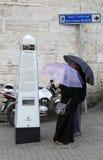 Arabiska turister som läser information om historiska Taksim Maksem på den Taksim fyrkanten Arkivfoto