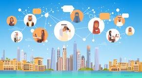 Arabiskt folk som har anslutningspratstundMedia Communication det sociala nätverket över stadsbakgrund Royaltyfria Bilder