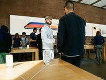 arabiskt folk som talar ny iPhone 8 och iPhone 8 Plus i Apple Stor Fotografering för Bildbyråer