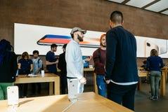 arabiskt folk som talar ny iPhone 8 och iPhone 8 Plus i Apple Stor Arkivbilder