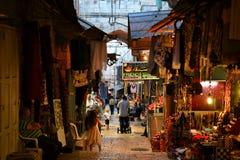 Arabiskt shoppar i gammal stad av Jerusalem, presentaffärer med traditionellt mellersta - östliga souvenir, vallfärdar och turist royaltyfri foto