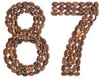 Arabiskt tal 87, åttiosju, från kaffebönor som isoleras på Arkivfoton