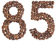 Arabiskt tal 85, femtiofem, från kaffebönor som isoleras på w Royaltyfria Foton