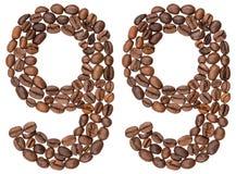Arabiskt tal 99, nittionio, från kaffebönor som isoleras på w Arkivfoton