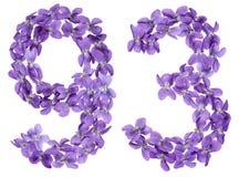 Arabiskt tal 93, nittiotre, från blommor av altfiolen som isoleras Arkivbild