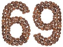 Arabiskt tal 69, sextionio, från kaffebönor som isoleras på wh Royaltyfria Foton