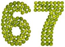 Arabiskt tal 67, sextiosju, från gröna ärtor som isoleras på whi Arkivbild