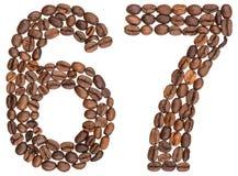 Arabiskt tal 67, sextiosju, från kaffebönor som isoleras på w Arkivbilder