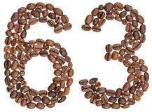 Arabiskt tal 63, sextiotre, från kaffebönor som isoleras på w Arkivfoto