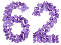 Arabiskt tal 62, sextiotvå, från blommor av altfiolen som isoleras på Arkivbilder