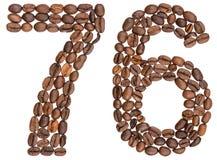 Arabiskt tal 76, sjuttiosex, från kaffebönor som isoleras på w Royaltyfri Fotografi